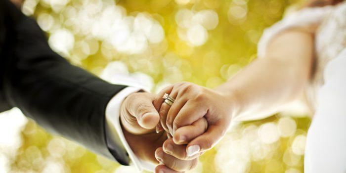 Свадьба. Держатся за руки, картинка